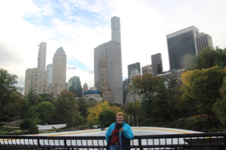 Kerstin vor der Eisbahn im Central Park in New York