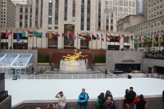 Kerstin vor der Eisbahn am Rockefeller Center in New York