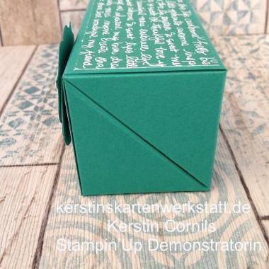 Klappbox in Smaragdgrün mit Schrift Seite