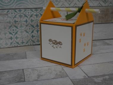 Strohhalm Box als Würfel gestaltet. Die Zahlen 1 bis 6 sind mit Tieren und weiteren Moitven gestaltet. Die Box hat die Maße 7x7x7 cm