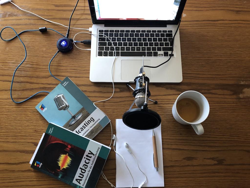 Mein Aufnahme Studio in der Küche mit Mikrophon, Tee, Notizblock, Bücher vom mitp Verlag zu Audacity und Podcasting