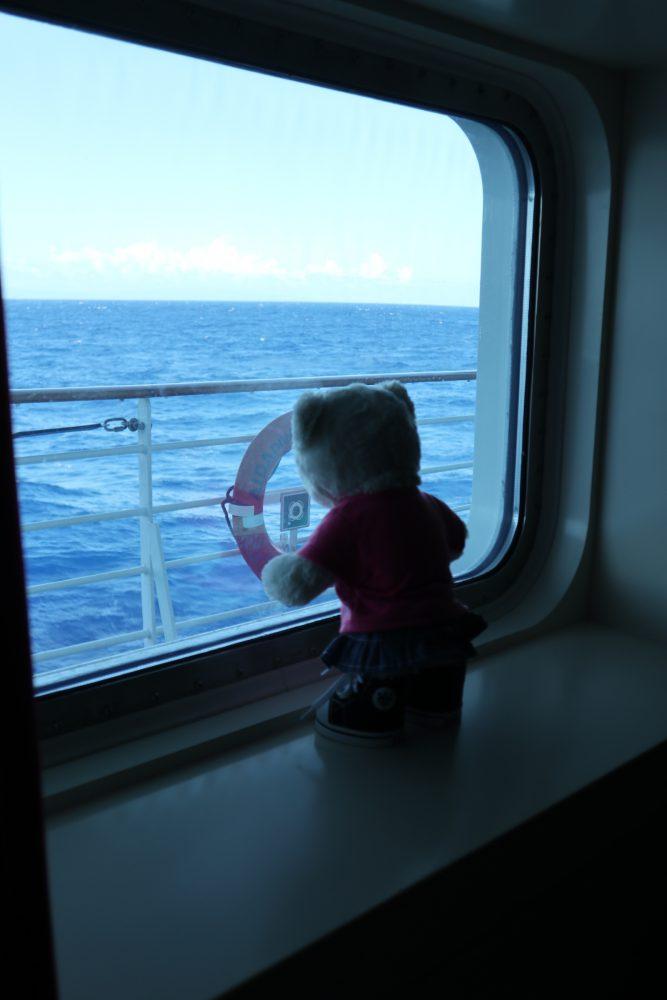 Maria schaut aus dem Fester der Meerblick Kabine der AIDAdiva
