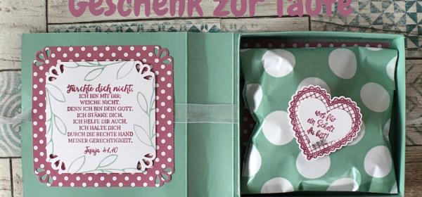 Geschenk zur Taufe verpackt in einer Box in Buchoptik