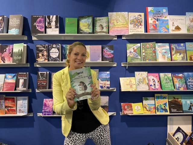 Foto der Autorin Janet Zentel mit ihrem Kinderbuch Igeldi: Hurra, endlich ist der Igel da