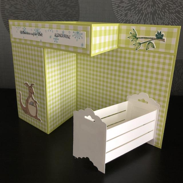 Double Z Fold Babycards. Eine Babykarte mit Effekt. Zu sehen ist eine Karte mit einem weißen Kinderbettchen. Die vermeintlichen Wände sind leer, dort ist viel Platz um sie mit den Daten des Babys zu füllen.