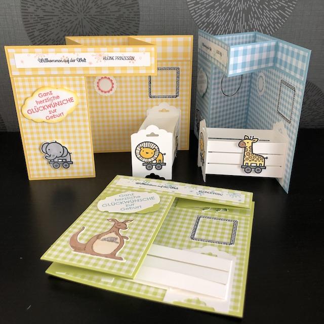 Double Z Fold Babycards. Eine Babykarte mit Effekt. Zu sehen ist eine Karte mit einem weißen Kinderbettchen. An der vermeintlichen Wand hängen leere Bilderrahmen, in die die Daten des Babys eingetragen werden können.