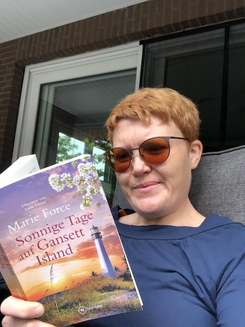 Das Foto zeigt Kerstin Cornils, wie sie das Buch Sonnige Tage auf Gansett Island von Marie Force liest.