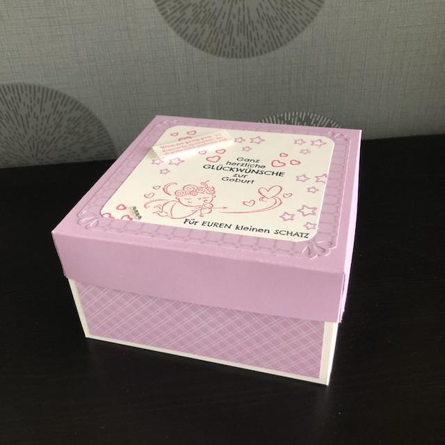 Explosionsbox zur Geburt eines Mädchens. Die Box ist in einem Fliederton gehalten. Bestempelt ist der Deckel mit Sternen und Herzen und einem Engel bzw. Amor der Herzen verschießet. Folgende Sprüche sind gestempelt: Ganz herzliche Glückwünsche zur Geburt und Für euren kleinen Schatz.