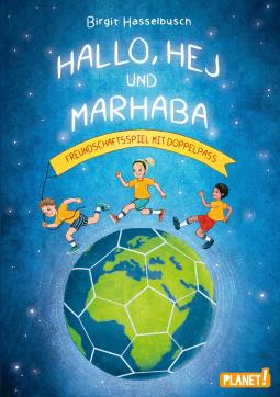 Buch Rezension: Hallo, Hej und Marhaba von Birgit Hasselbach. Auf dem Buchcover ist die Erdkugel in Form eines Fußballs zusehen. Dadrüber laufen drei Kinder von den Haaren her passend zur Begrüßung im Buchtitel.